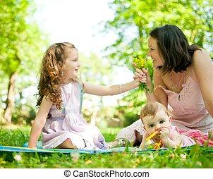 Glückliches Leben - Mutter mit Kindern