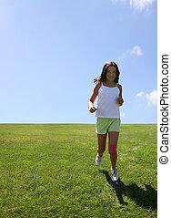Glückliches Mädchen auf dem Rasen