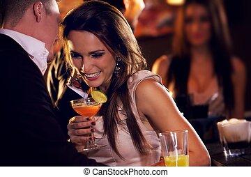 Glückliches Paar genießt die Party