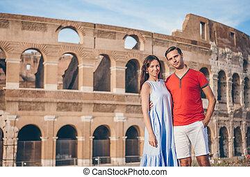 Glückliches Paar in Rom über Coliseum Hintergrund. Italienischer Europaurlaub
