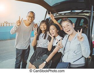 Glücksgefühl der asiatischen Familie, die ein Foto in Urlaub Reiseziel.