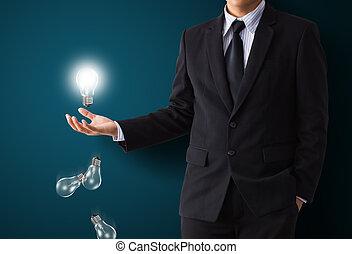 Glühbirne in der Hand.