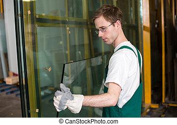 Glazier in der Werkstatt mit Glas