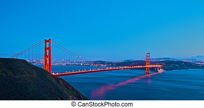 Golden Gate Bridge bei Sonnenuntergang.