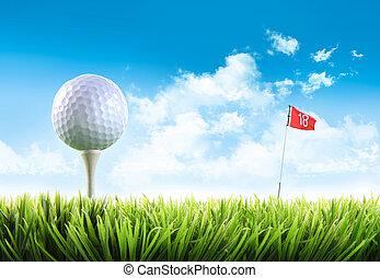 Golfball mit Tee im Gras