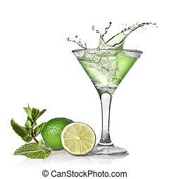 Grüner Alkoholcocktail mit Spritzer, Linde und Minze isoliert auf Weiß