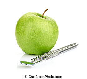 Grüner Apfel und Zahnwerkzeug isoliert auf weißem