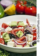 Griechischer Salat mit Zutaten.