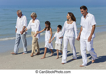 Großeltern, Mutter, Vater, Familie am Strand