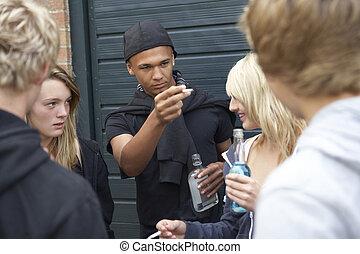 gruppe, bedrohen, teenager, zusammen, draußen, hängender , trinken, heraus