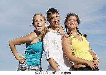 Gruppe gemischter Rassenkinder, Teenager oder Studenten,