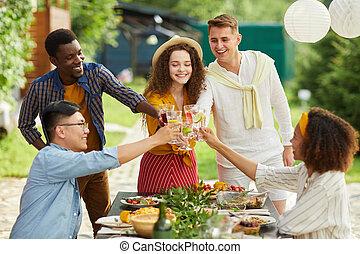 gruppe, genießen, multi-ethnisch, friends, feier, draußen