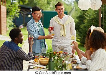 gruppe, genießen, multi-ethnisch, leute, abendessen, draußen