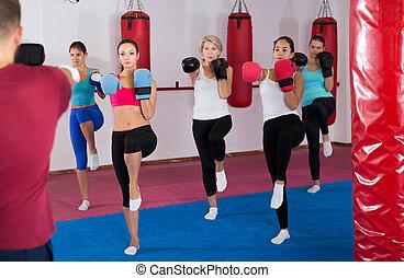 gruppe, turnhalle, positiv, weibliche , tritt