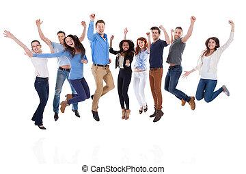 Gruppe verschiedener Menschen, die Waffen erheben und springen