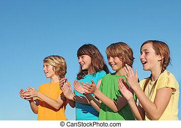 Gruppe von Kindern, Kindern oder Unterstützern klatschen