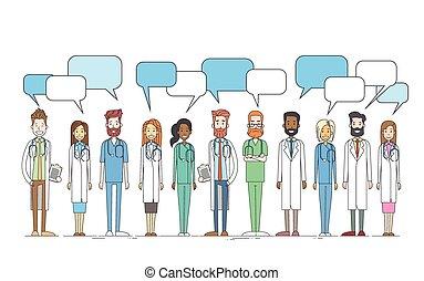 Gruppen-Medizinärzte arbeiten mit Kopierraum-Chatbox.