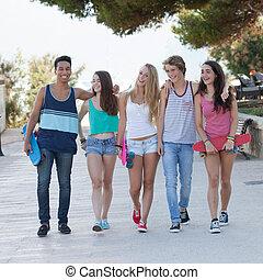 Gruppen von verschiedenen Teenagern im Urlaub.