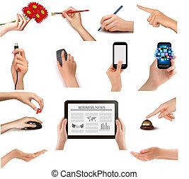 Hände, die verschiedene Geschäftsobjekte halten. Vektor Illustration