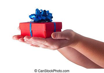 Hände geben ein Geschenk