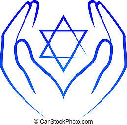 Hände halten den Stern von David.
