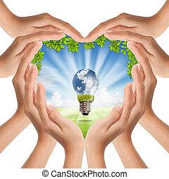 Hände machen Herzform zu Natur und Glühbirne