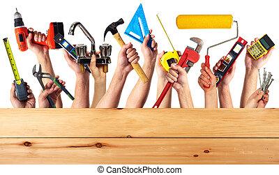 Hände mit Werkzeugen.
