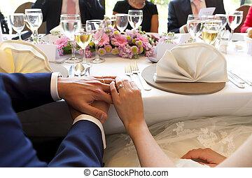 Hände verheiratetes Paar auf dem Tisch.