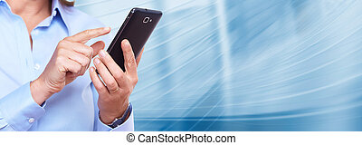 Hände von Frauen mit einem Smartphone.