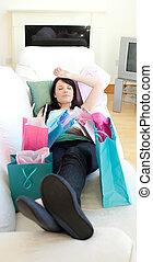 Hübsche Frau entspannt sich nach dem Einkaufen