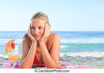 Hübsche Frau trinkt ihren Cocktail.