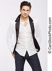 Hübscher junger Kerl mit weißer Jacke.