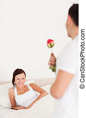 Hübscher Kerl mit einer Rose und seiner Freundin