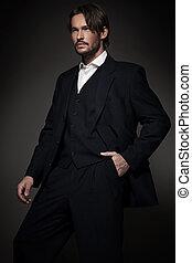 Hübscher Mann im Anzug
