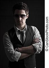 Hübscher Mann mit Sonnenbrille