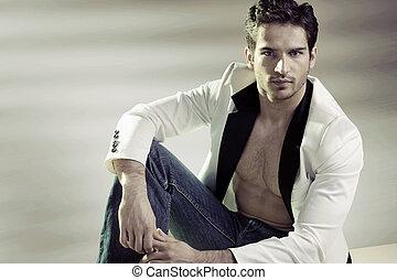 Hübscher Mann mit stylischer Jacke