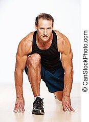 Hübscher Muskelmann, der Fitnessübungen macht.