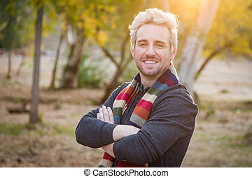 Hübsches, junges, erwachsenes Männchen mit Schalporträt im Freien.