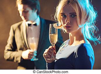 Hübsches junges Paar auf der Party.