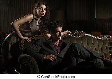 Hübsches junges Paar in einem stilvollen Inneren