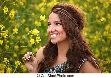 Hübsches Mädchen auf einem Blumenfeld
