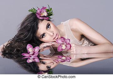 Hübsches Mädchen mit Blumen . Schöne Model-Frau Gesicht