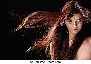 Hübsches Mädchen mit roten Haaren