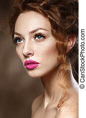 Hübsches Model-Mädchen mit lockigen roten Haaren, langen Wimpern. Schöne stilvolle Frau mit gesunder, glatter Haut. Perfektes Make-up.