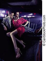 Hübsches Paar in einer Luxuslimousine