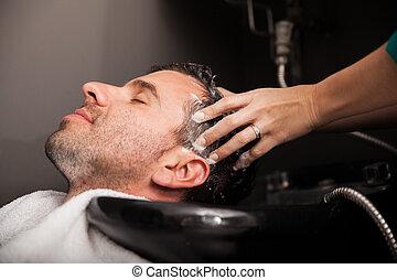 Haare in einem Salon waschen.