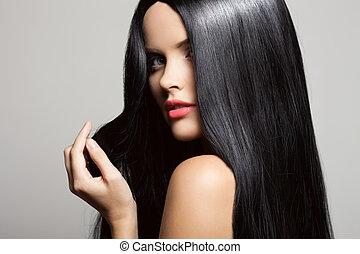 Haare. Wunderschönes Brünettchen. Gesundes langes Haar. Schönheitsmodell W
