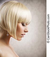 Haarschnitt. Schönes Mädchen mit gesunden kurzen blonden Haaren. Frisur