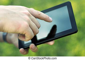 Hand berührender Bildschirm auf moderne digitale Tafel PC. Nahaufnahme