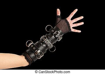 Hand in Lederarmbänder